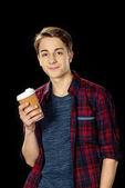 tini fiú csésze kávé, hogy menjen