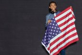 dospívající chlapec s usa vlajka