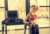 Sportliche Frau auf Laufband