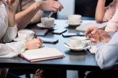 Emberek kávézóban üzleti találkozón
