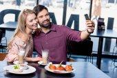 pár v lásce s selfie na smartphone