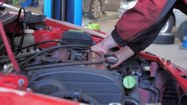 automechanik opravuje auto