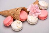 Růžové a bílé macarons v Vaflové kornouty