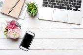 Fotografie Laptop und Smartphone auf dem Schreibtisch