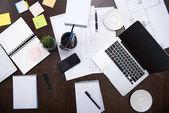 Laptop und Bürobedarf