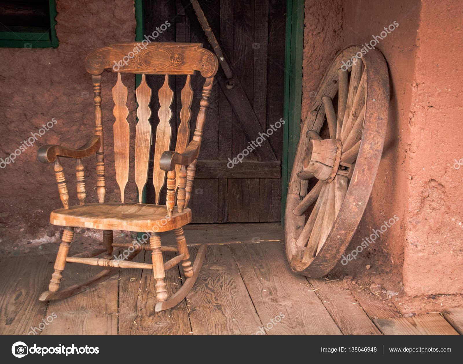 Oude Schommelstoel Te Koop.Schommelstoel En Oude Houten Wiel In Calico Ghost Town In Usa