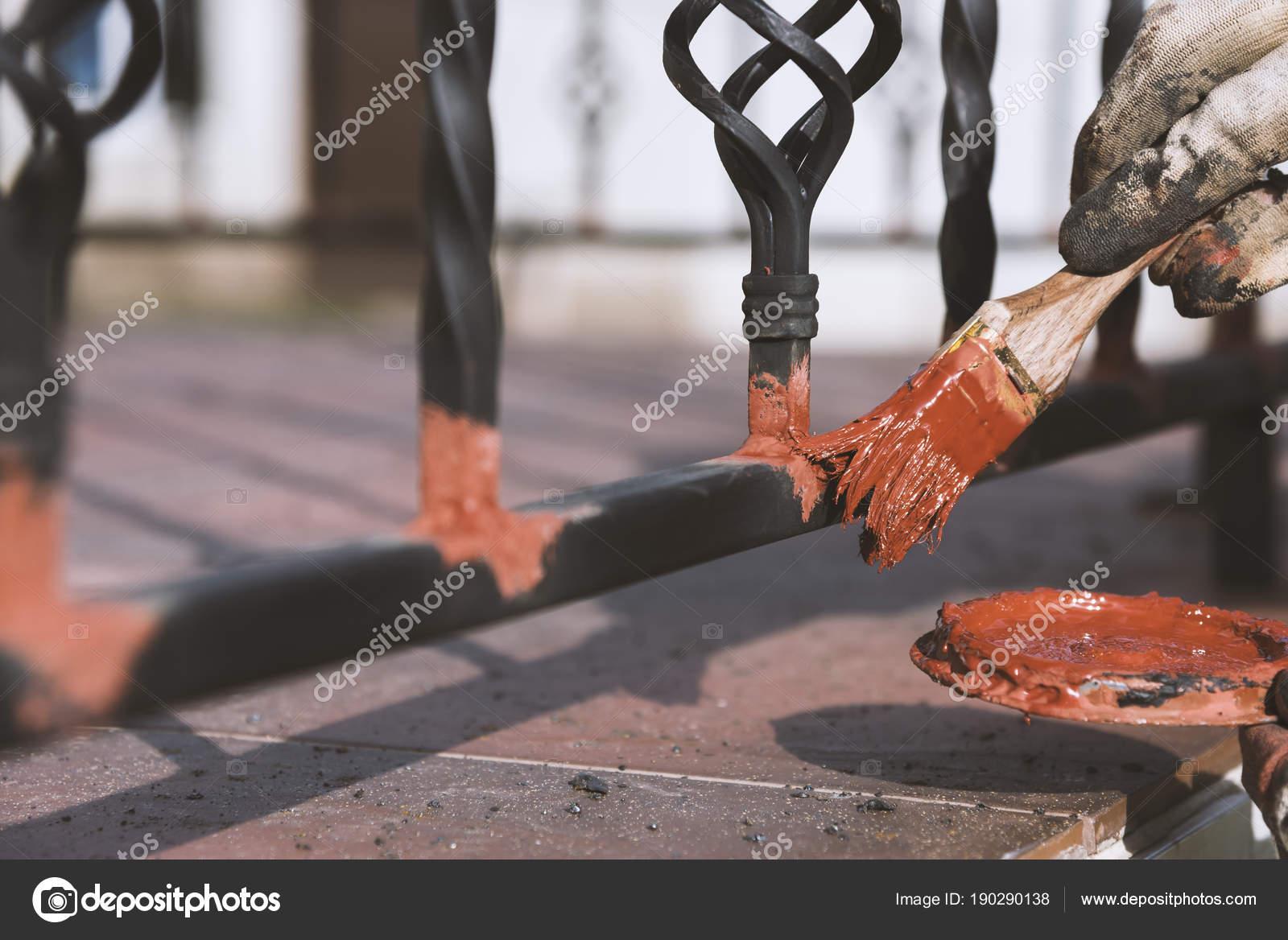 Contre La Rouille peinture forgé rampes sur l'escalier à l'entrée de la maison