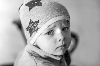 Ağlayan küçük bir kız, duygular, portresi rahatsız, çocuklar, burun akıntısı, siyah ve beyaz tonları psikolojisi