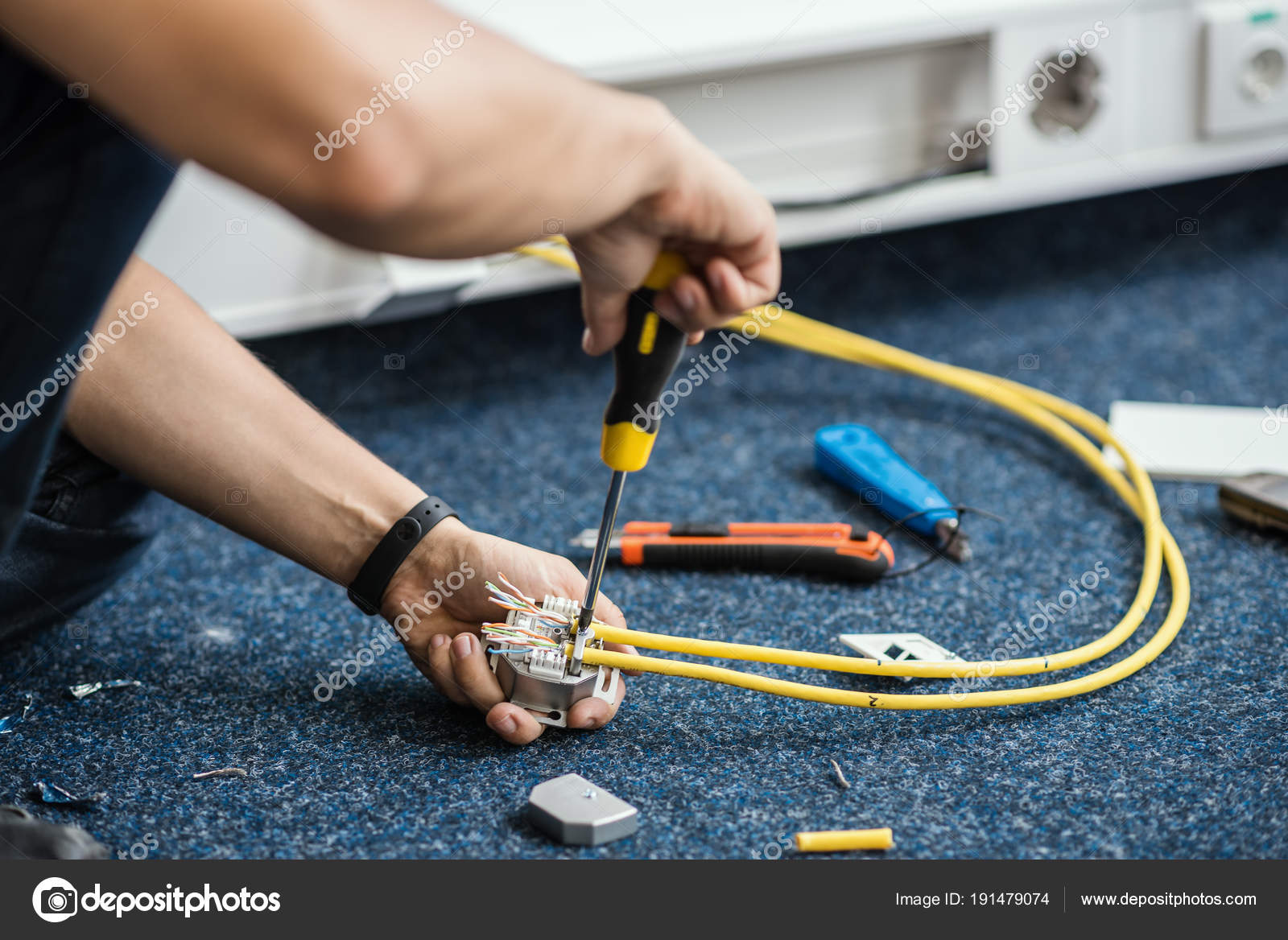 Especialista Conecte un cable de red con conectores Rj45, proceso de ...