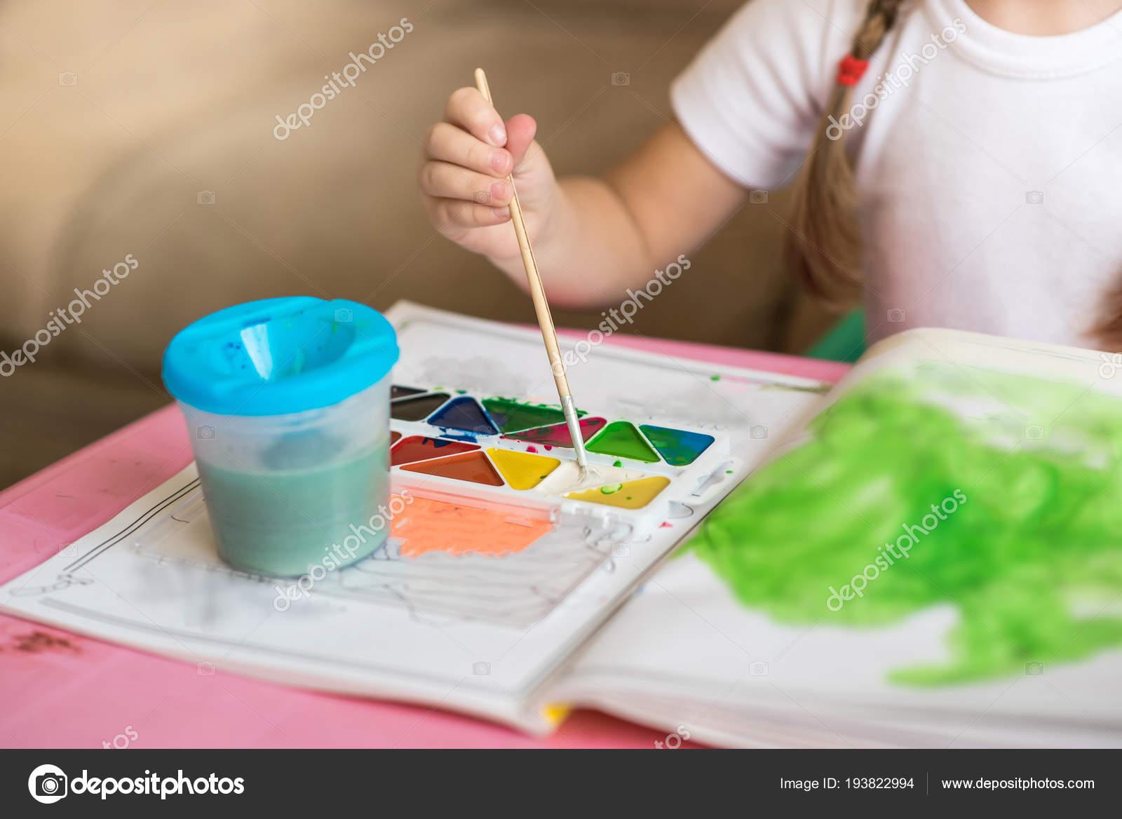 Meisje Kleurplaat Tekeningen Zitten Aan De Tafel De Ontwikkeling