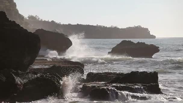 Nagy óceán hullámai törés sziklák a naplemente