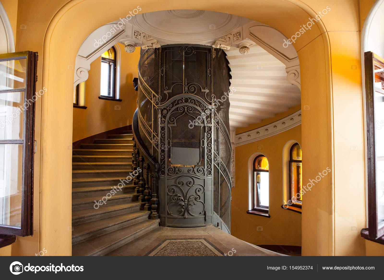 De oude lift in de ingang van een huis u stockfoto shishkin