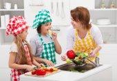 Fotografie Kinder und Frau in der Küche
