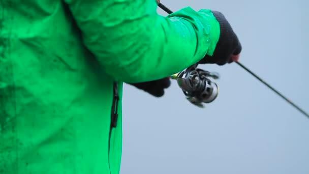 Horgászfelszerelés rúd és tekercs horgász kezében