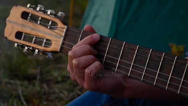 Muž hrající na kytaru