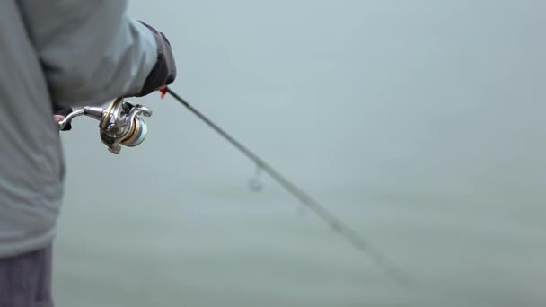 Horgászbottal a tó, spinning pisztráng horgászat horgász
