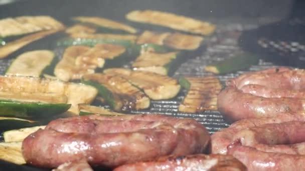 Uzenky, salámy a zelenina vařené v Bbq gril