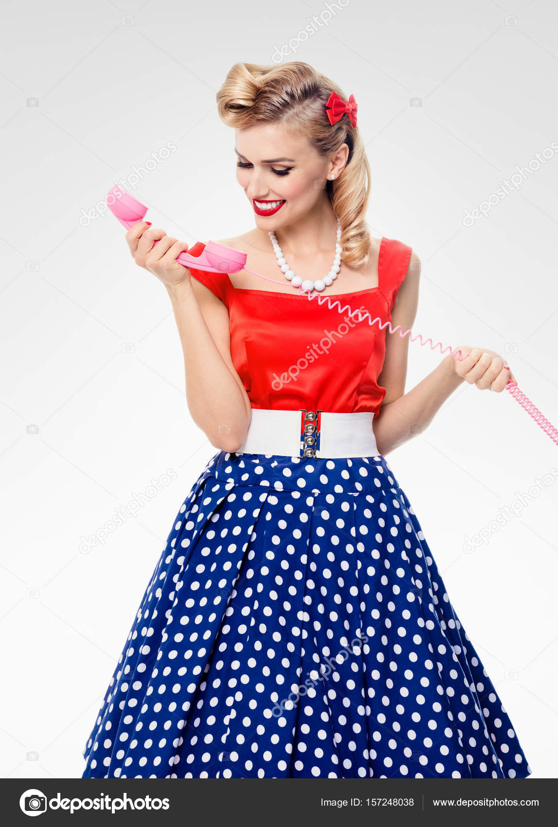 Vrouw Met Telefoon Smiling Gekleed In Pin Up Stijl Jurk Stockfoto