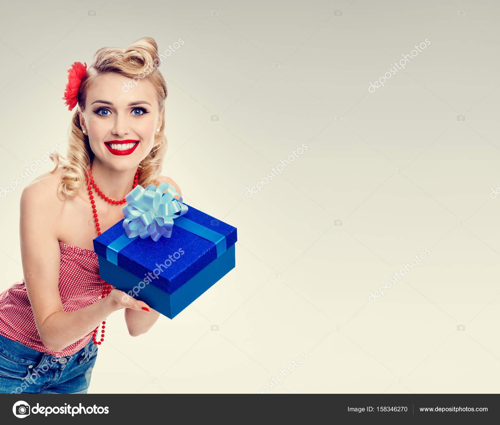 meet abee0 45783 Donna in vestiti di stile pin-up con scatola regalo — Foto ...