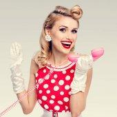 usmívající se žena s telefonem, oblečený v pin-up styl oblékání