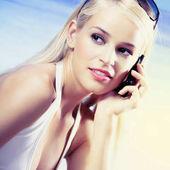 žena s mobilní telefon na pláži