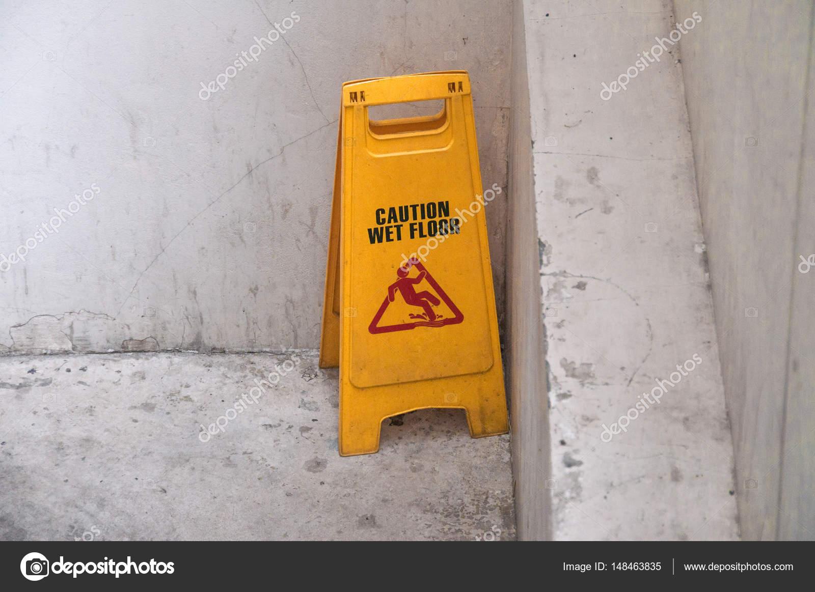Un pavimento bagnato ti può mettere nei guai se non è antiscivolo