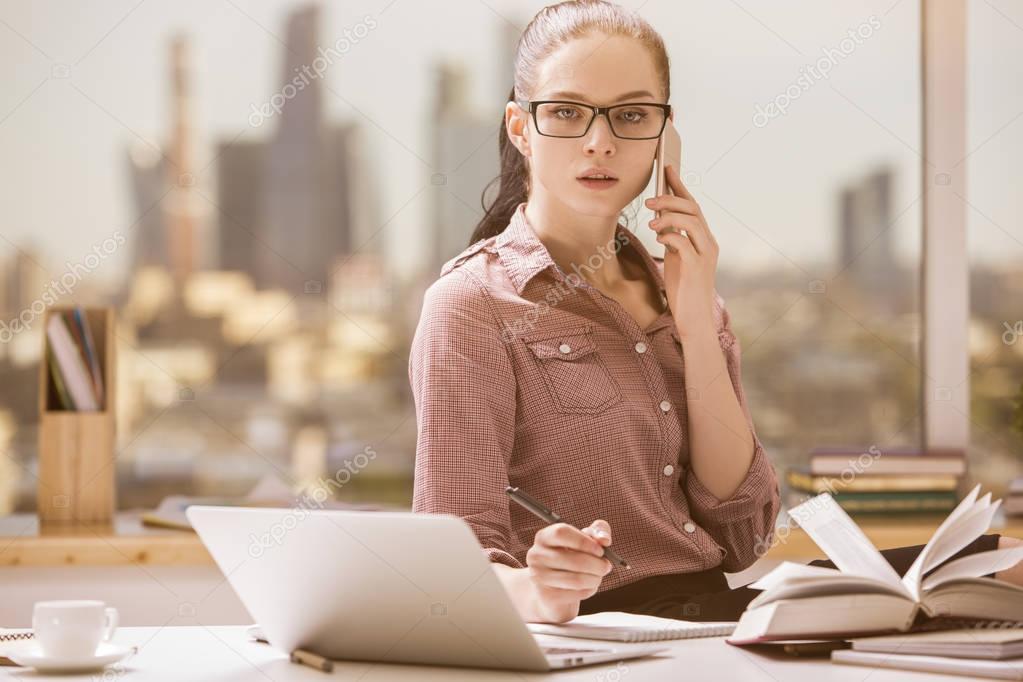 Chica hablando por tel fono en el lugar de trabajo foto for Oficina de empleo telefono informacion