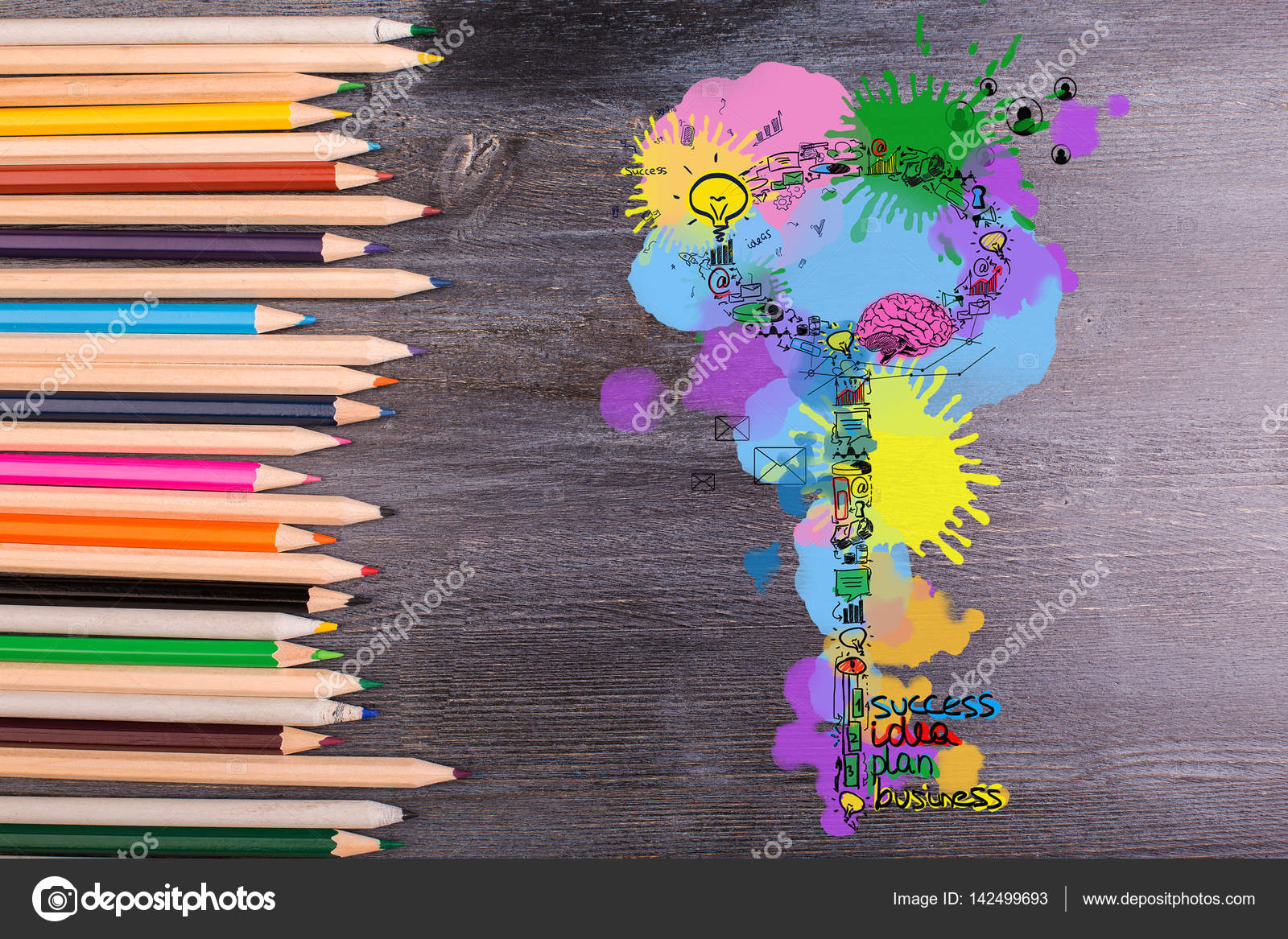 Vue de dessus de bureau en bois avec des crayons de couleurs et