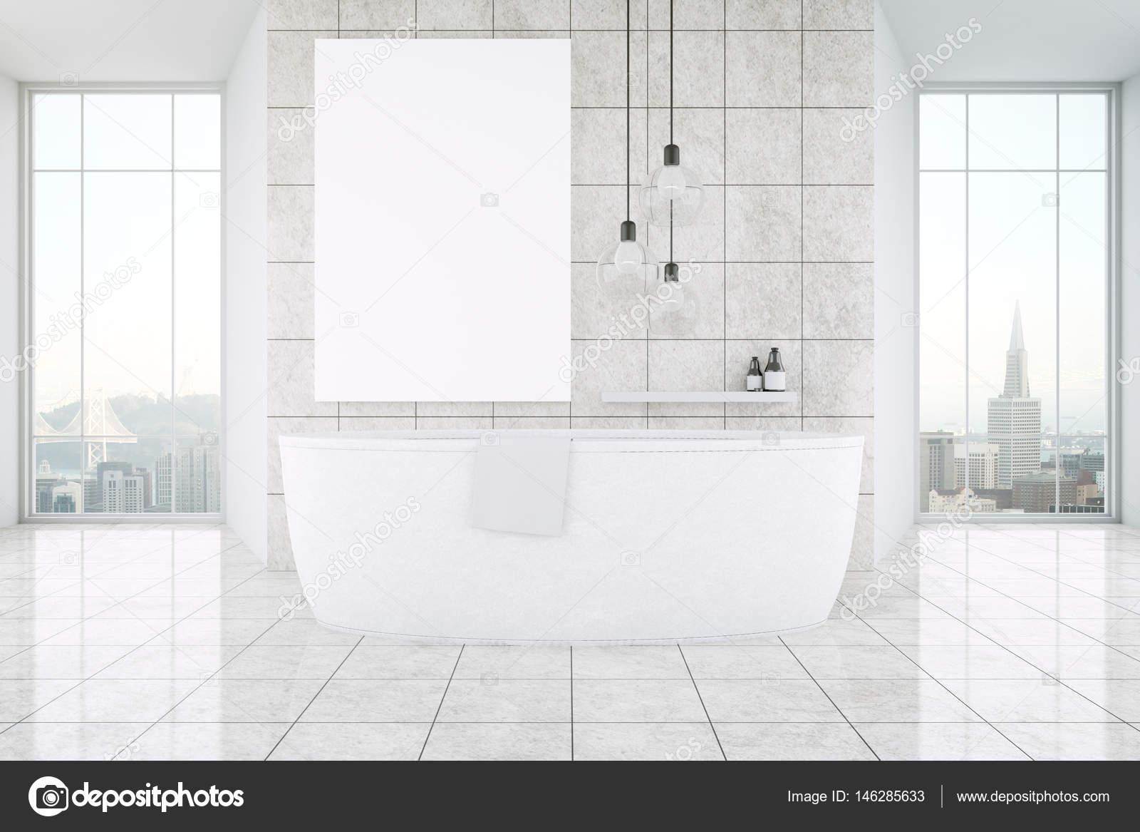 Lichte badkamer interieur met panoramisch Stadszicht, grote badkuip ...