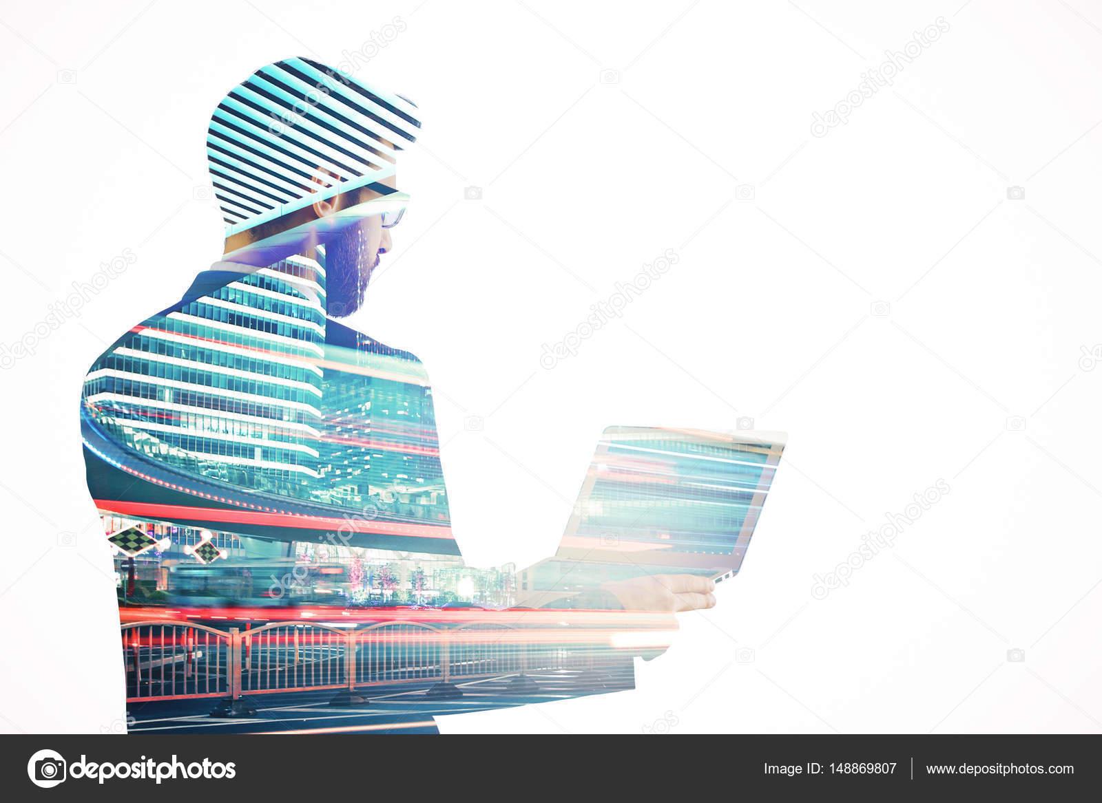 Vista lateral del joven empresario usando laptop sobre fondo de ...