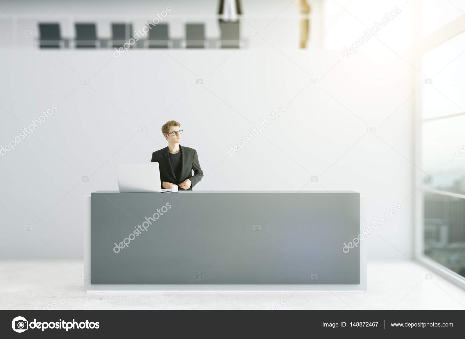 Giovani uomo daffari premuroso in piedi al banco reception dell