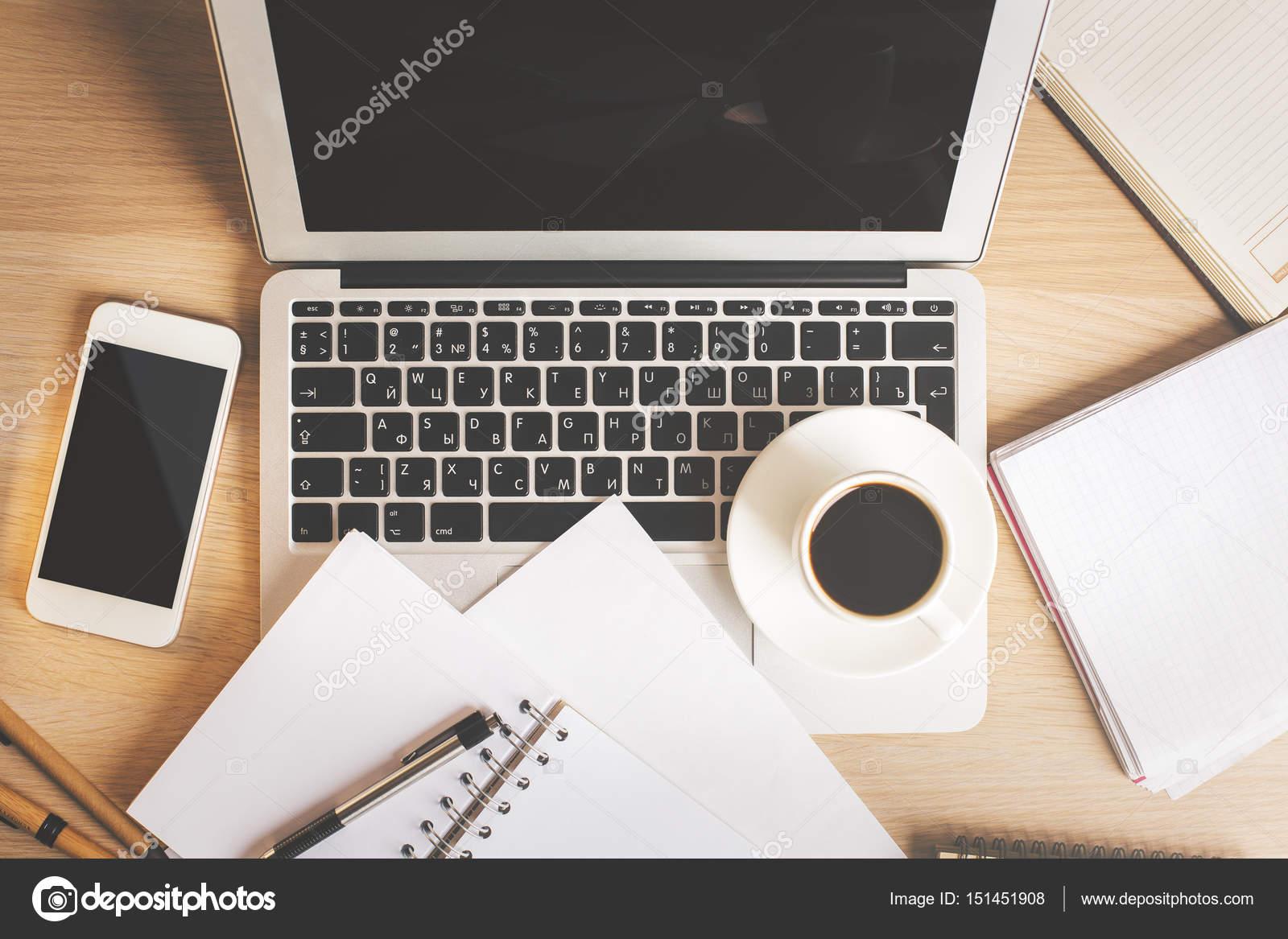 Oggetti Da Ufficio : Tavolo da ufficio con strumenti u foto stock peshkova