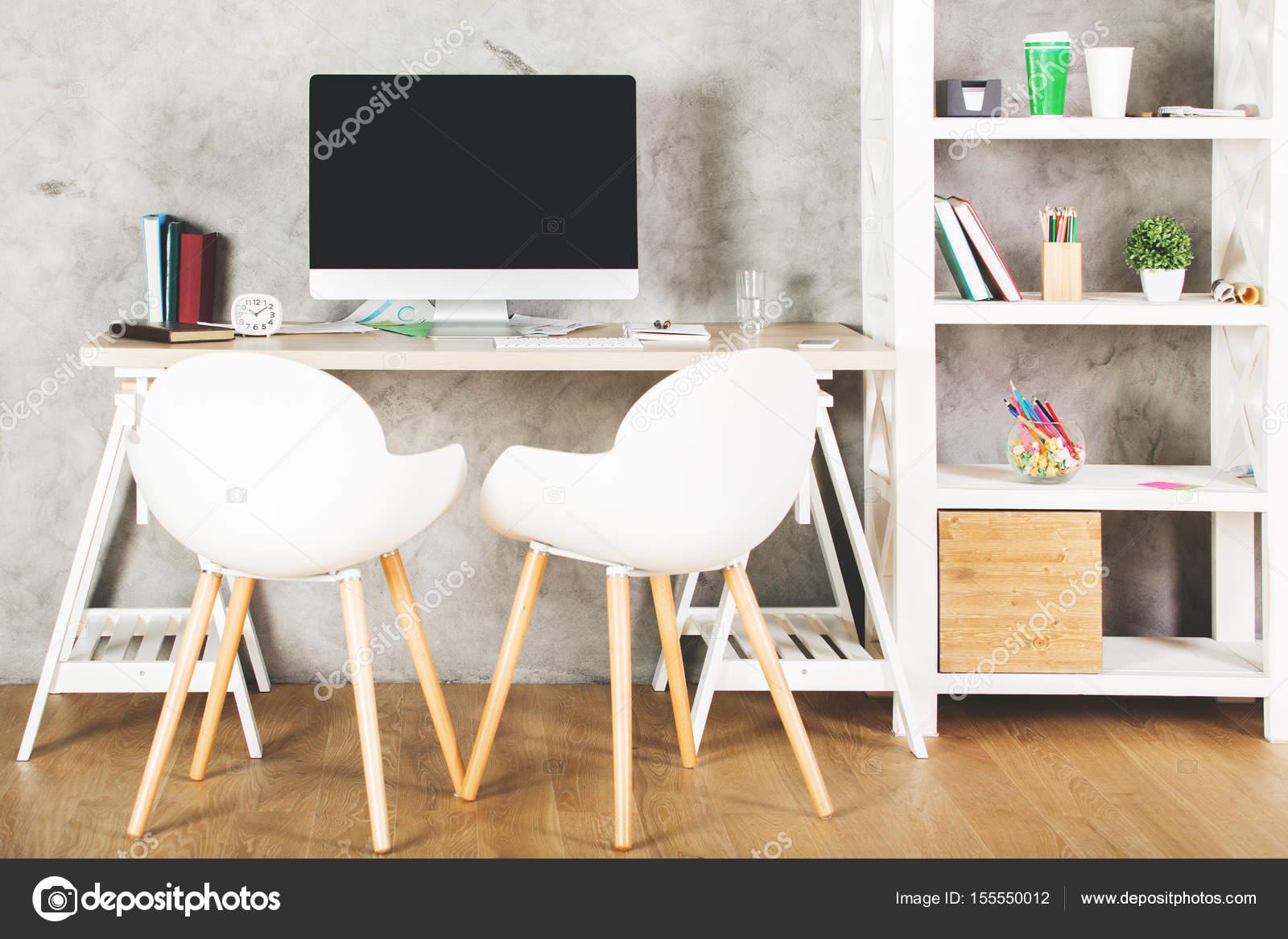 Bureau moderne avec écran d ordinateur vide u photographie