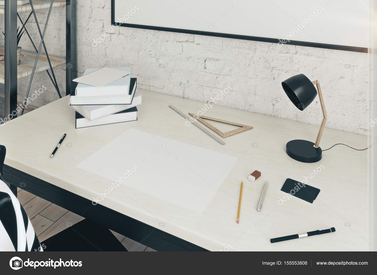 Lampade Da Tavolo Lavoro : Chiuda in su del posto di lavoro con il foglio di carta vuoto