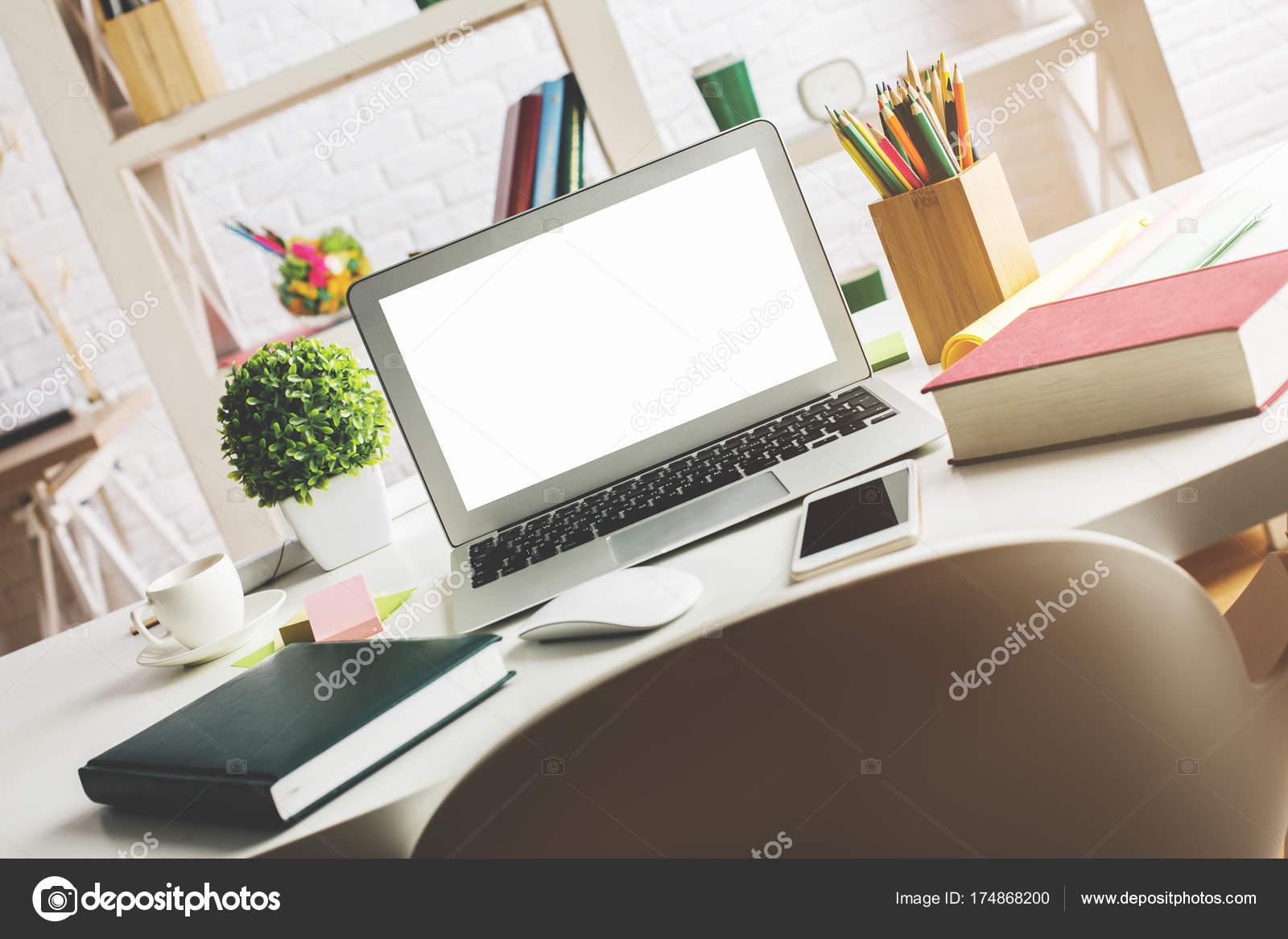 Ordinateur de bureau élégant avec écran portable blanc