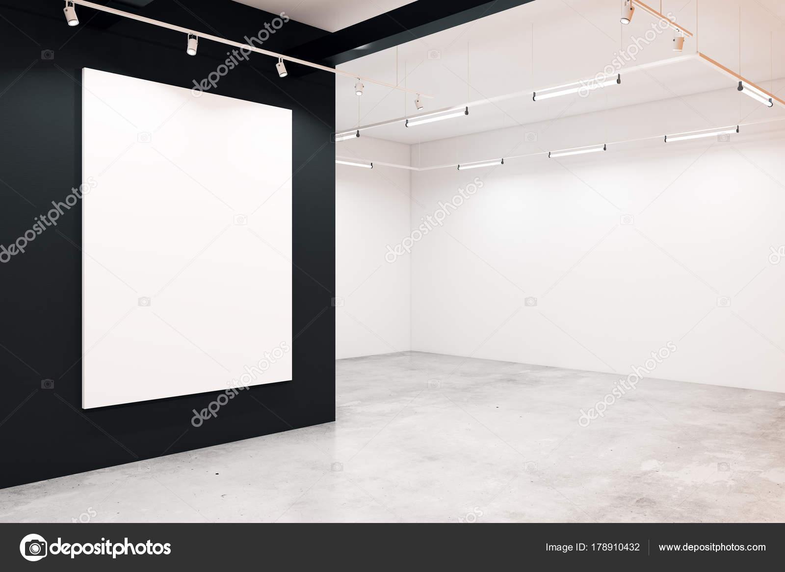 Moderne galerie mit leeren poster u stockfoto peshkova