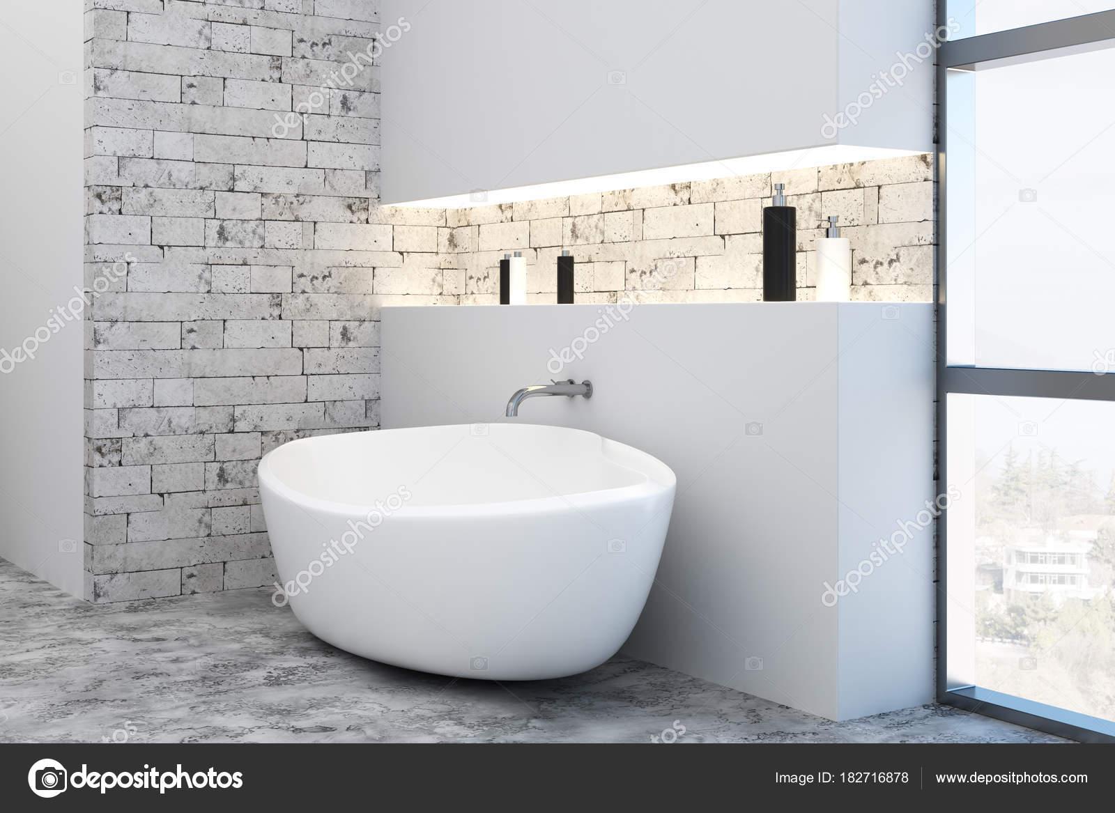 Vasca Da Bagno Vista : Vasca da bagno interno pulito con vista città u foto stock