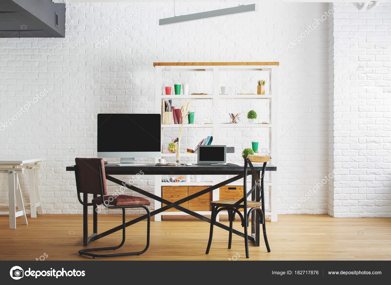 Corporate Loft Interieur mit Arbeitsplatz — Stockfoto © peshkova ...
