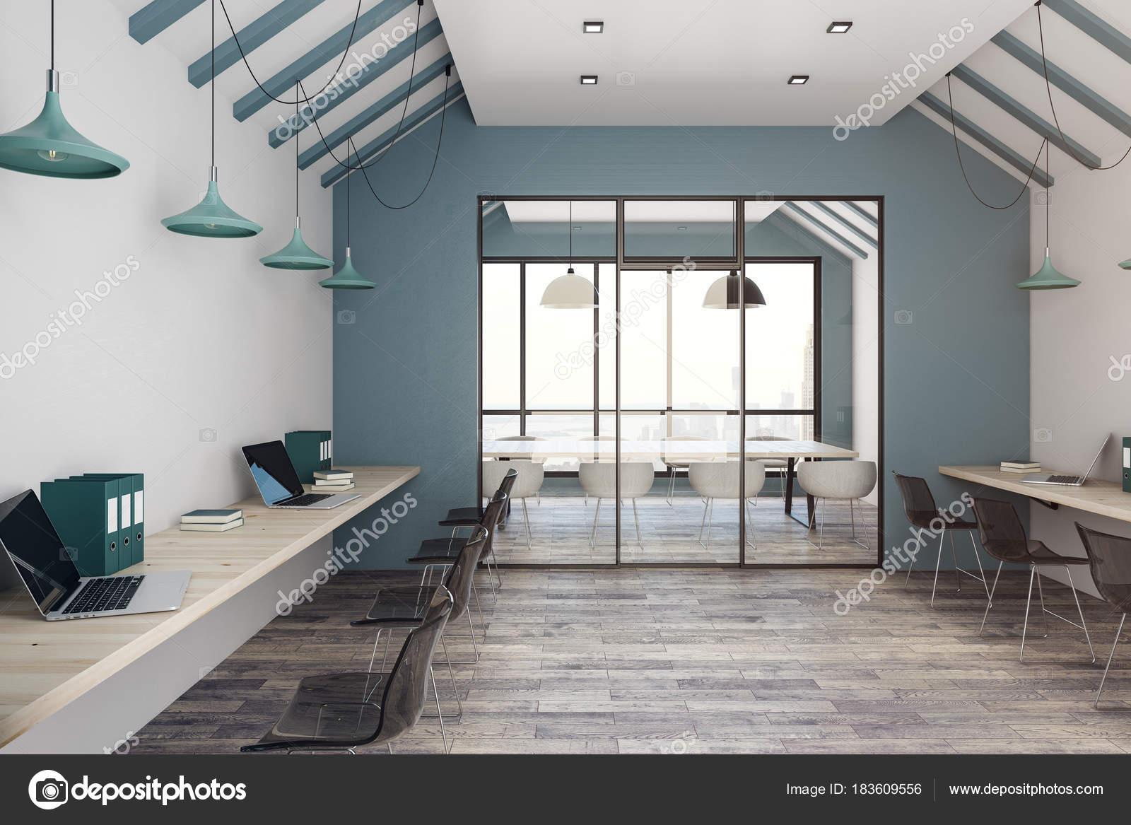Licht coworking Büro Interieur mit Blick auf die Stadt — Stockfoto ...