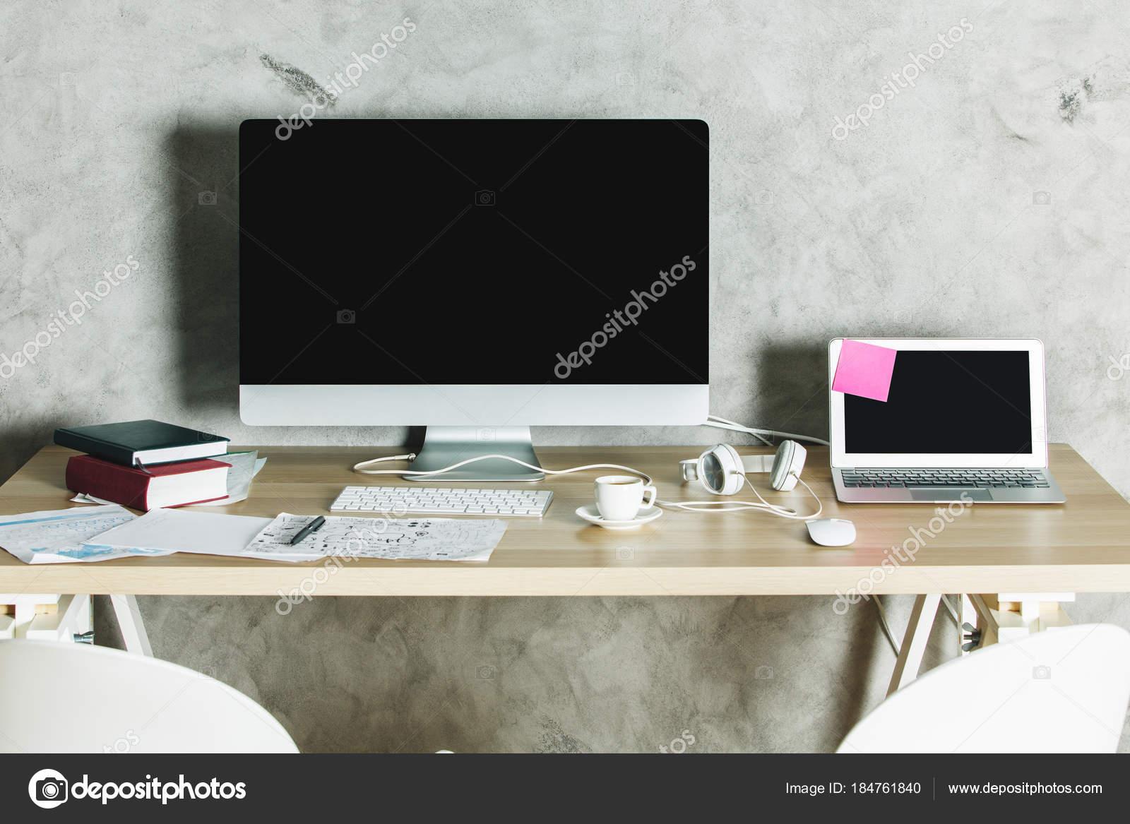 Bureau moderne avec l ordinateur en mode minimal u photographie