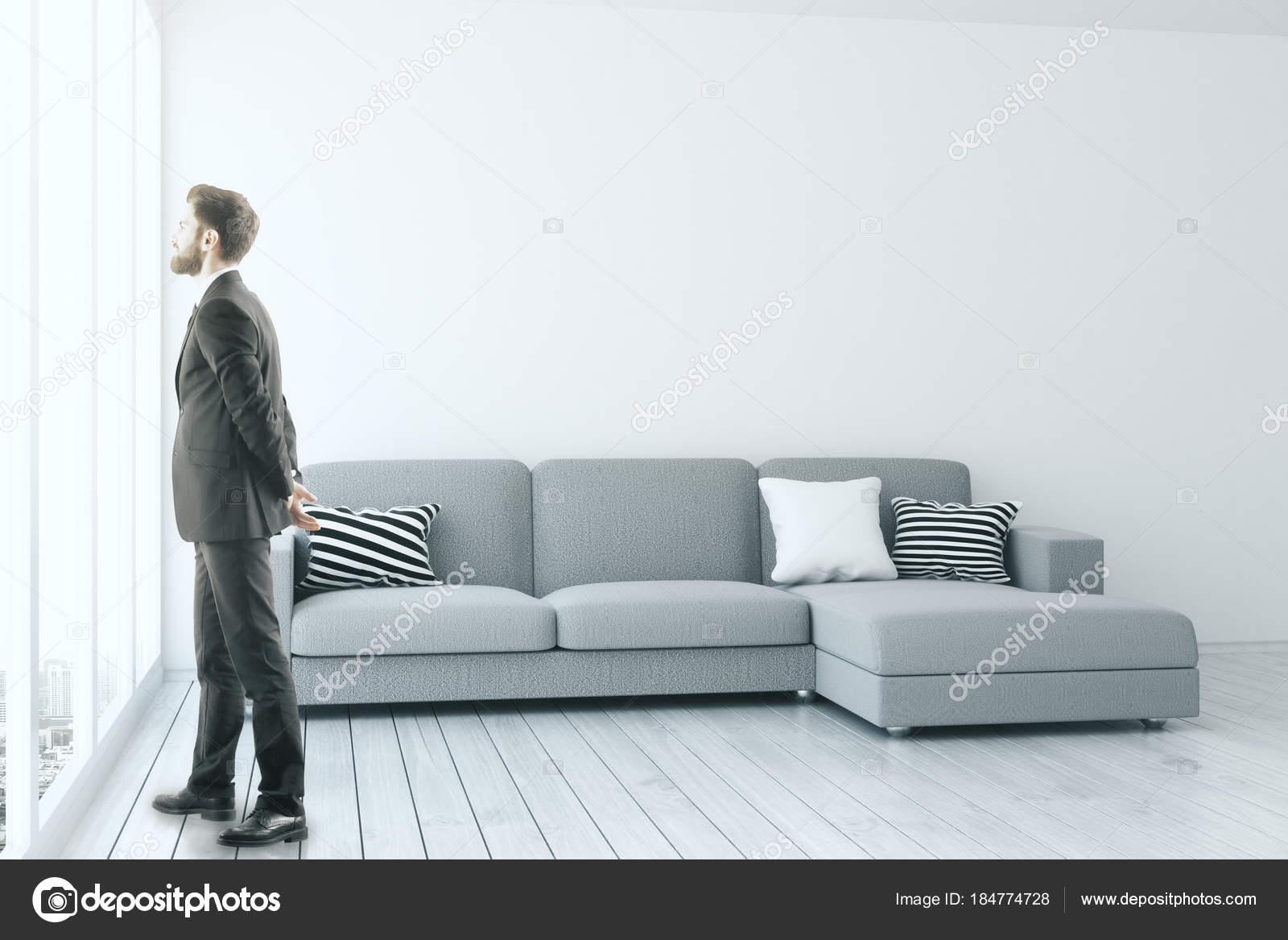 Mann in moderne Wohnzimmer — Stockfoto © peshkova #184774728