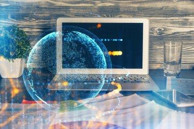 Bilgisayarlı ve dünya haritalı hologramlı çok katlı bir tablo. Uluslararası veri ağı kavramı.