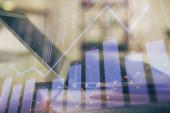 Forex grafikon hologram az asztalon számítógépes háttérrel. Dupla expozíció. A pénzügyi piacok fogalma.