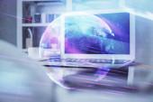 Fotografie Computer auf dem Desktop im Büro mit Technologie Thema Hologramm. Mehrfachbelichtung. Tech-Konzept.