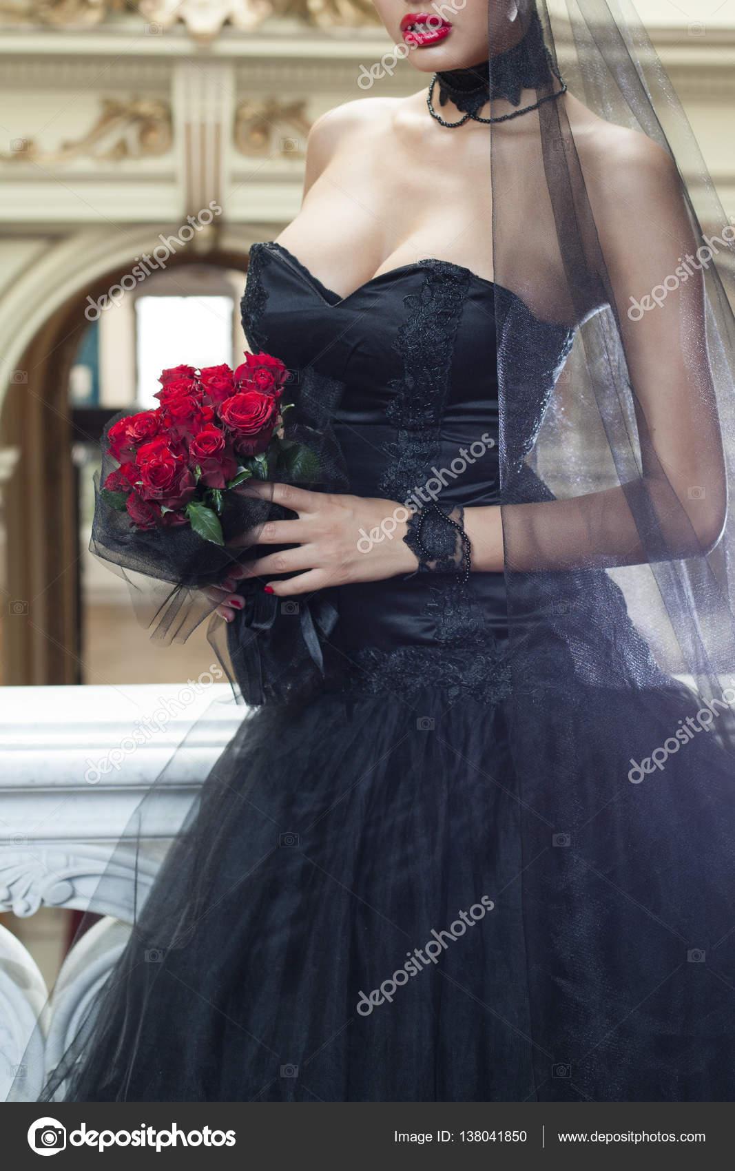 Vestido De Novia Negro Y Día De San Valentín Foto De Stock