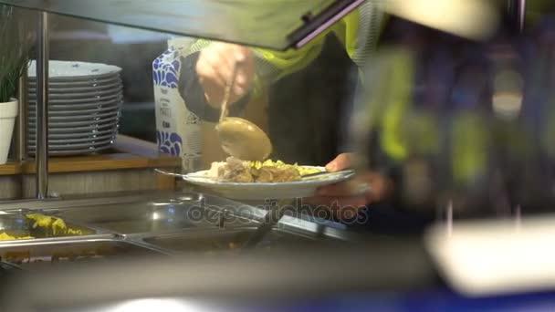 Hosté restaurace si vybírat jídlo formou bufetu