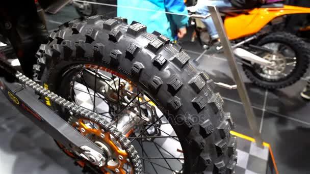 Posetá kola. Výkonná sportovní enduro motocykl. Velký veletrh kol.