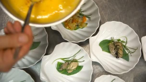 Šéfkuchař připravuje rybí předkrm v kuchyni restaurace