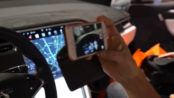 Het interieur van een tesla model x elektrische auto met grote touch