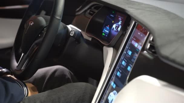 Het interieur van een Tesla Model X elektrische auto met grote touch ...